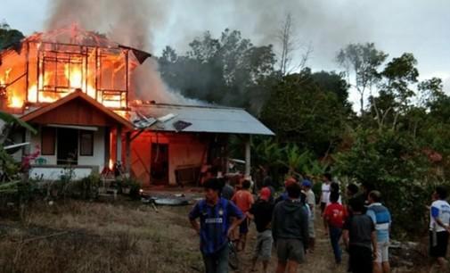 Rumah Semi Permanen di Remboken Terbakar