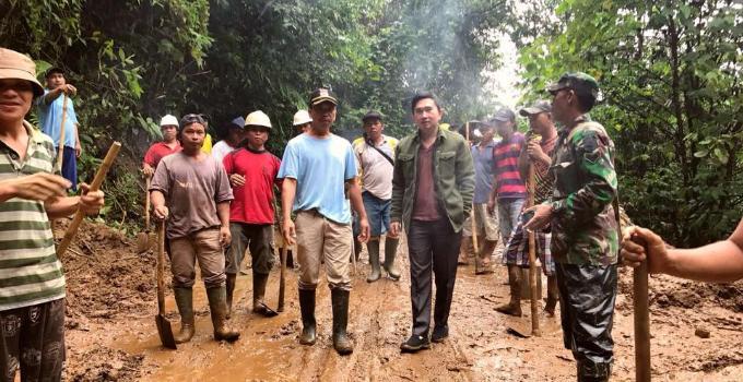 Rocky Wowor bersama masyarakat di lokasi tanah longsor yang sudah diangkat