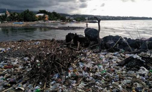 MARKHO TAMPI Ingatkan Pemkot Soal Sampah Menumpuk di Pantai Manado
