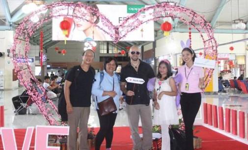 800 Coklat Bagi Penumpang di Bandara Sam Ratulangi Manado