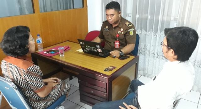 Penyidik Kejati Sulut sedang melakukan pemeriksaan