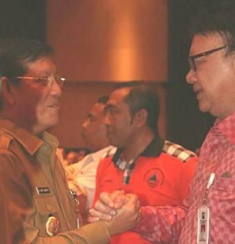 Wali Kota Manado Vicky Lumentut, saat berjabat tangan dengan Mendagri Tjahjo Kumolo.
