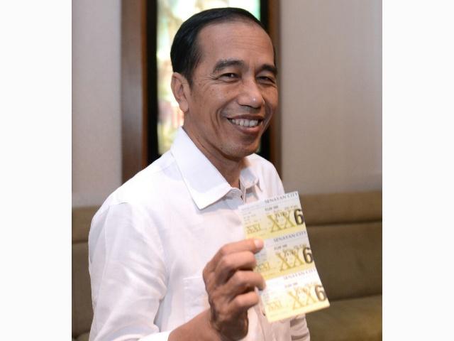 Joko Widodo berfoto sambil memegang tiket nonton Dilan 1990