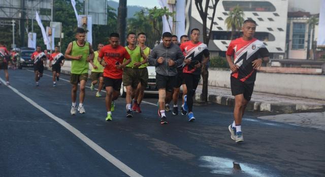 Brigjen TNI Joseph Robert Giri membaur bersama para prajurit saat berolahraga