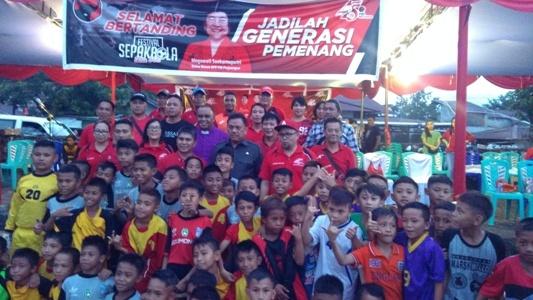 Gubernur Olly Dondokambey foto bersama dengan anak-anak pemain sepakbola.(foto:anes/beritamanado)