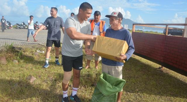 Brigjen TNI Joseph Robert Giri berbagi kasih dengan masyarakat