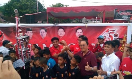 Roy Roring Dipercayakan Serahkan Piala Juara Festival Sepakbola