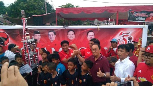 Penyerahan hadiah kepada pemenang sepakbola U10 dan U12. (foto:anes/beritamanado)