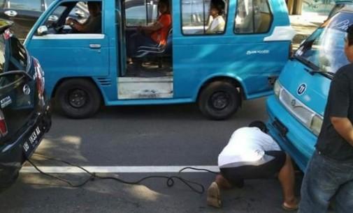 Viral !!! Wujud Toleransi, Driver Taxol Bantu Supir Yang Mikroletnya Mogok