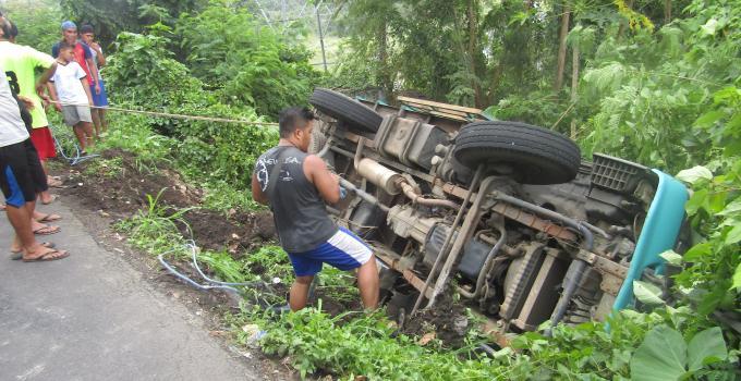 Truk masuk jurang di ruas Tingkulu dekat perbatasan Minado-Minahasa