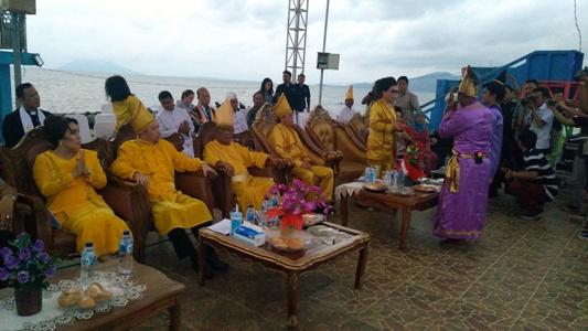 Walikota dan Wakil Walikota Manado saat menghadiri Tulude di taman berkat Boulevard.(foto:anes/beritamanado)