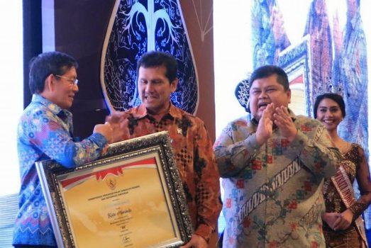 Wali Kota Manado, Vicky Lumentut saat menerima penghargaan LAKIP, diserahkan Menpan RB DR. Asman Abnur.