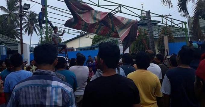 Ratusan karyawan kembali mendirikan tenda di pintu masuk PT Delta