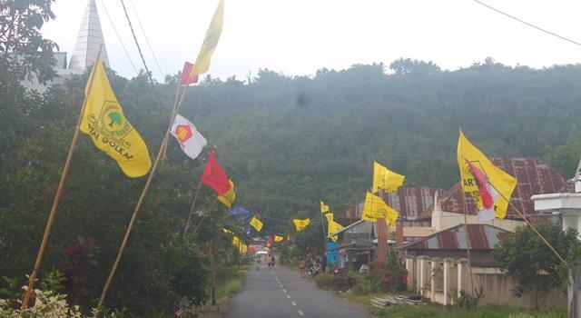 Panji Partai Golkar sangat mendominasi salah satu desa di Kecamatan Kakas