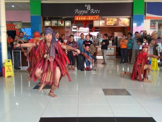 Kedatangan Sekjen AMAN, Rukka Sombolinggi disambut Tarian Kawasaran