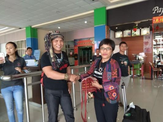 Kiri Tonaas Rinto Tarore, kanan Sekjen AMAN, Rukka Sombolinggi
