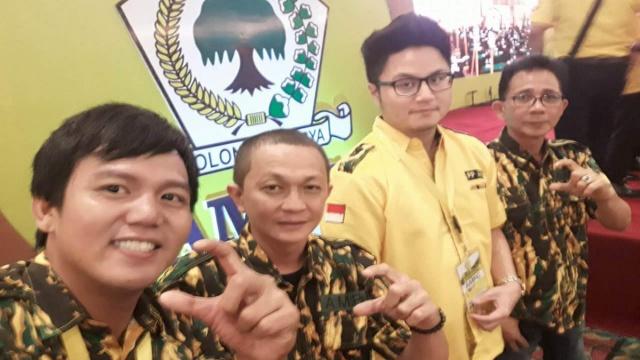 Adrian Jolie Paruntu (Jas Kuning) Bersama Beberapa Pengurus AMPG Sulut