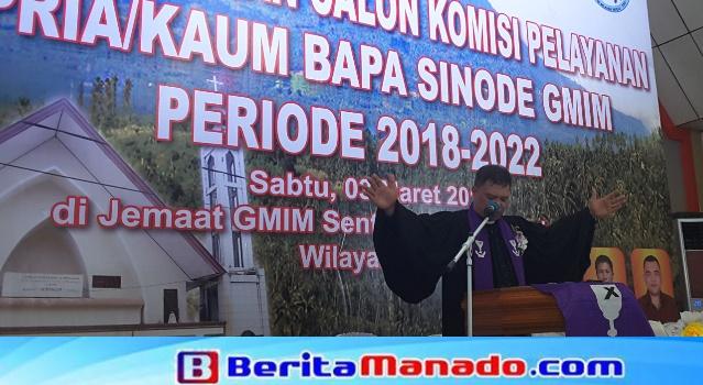 Pdt DR HWB Sumakul mendoakan seluruh jemaat.