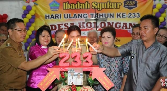 Pemasangan lilin ulang tahun oleh Bupati Minut.