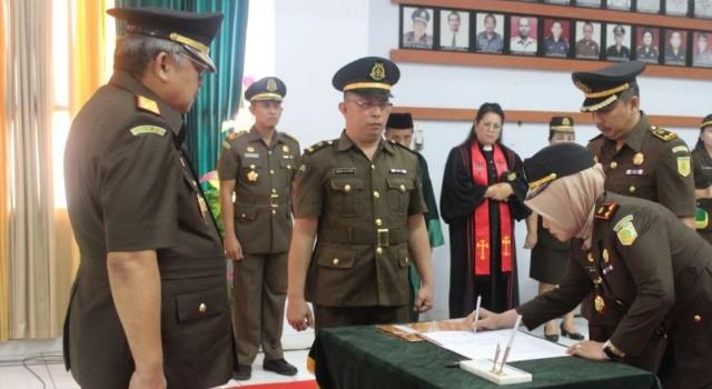 Kajari Bitung Ariana Juliastuty SH MH menadatangani berita acara pengambilan sumpah dan serah terima jabatan di depan Kajati Sulut.