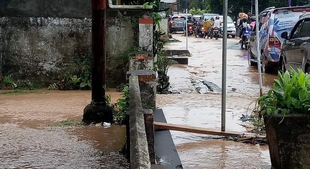 Rumah warga dan jalan di Desa Paslaten dikepung banjir.