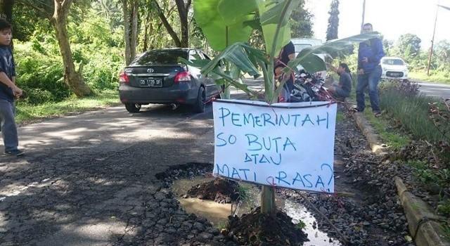 Aksi warga menanam pohon di lubang Jalan Ir Soekarno.
