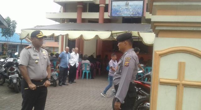 Kapolres Minut AKBP Alfaris Pattiwael mengecek pengamanan di GMIM Sentrum.