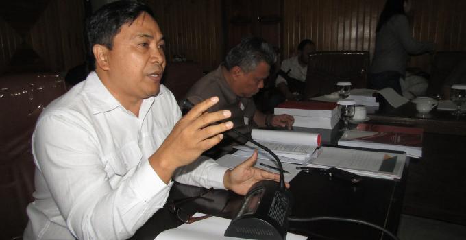 James Karinda salam suatu rapat di DPRD Sulut