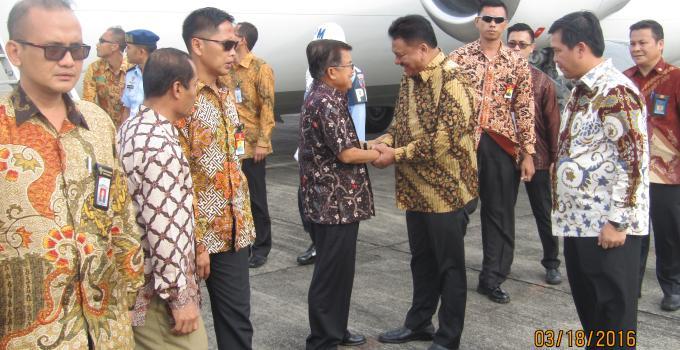 Wapres Jusuf Kalla disambut Gubernur Olly Dondokambey beberapa waktu lalu