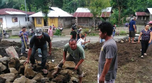Kegiatan kerja bakti di lokasi pembangunan Gereja Katolik St. Yohanes Kaayuran Atas. (Foto:IST)