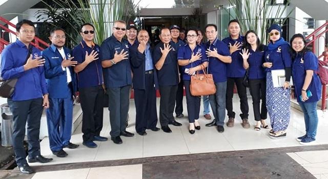 Ketua DPW Partai NasDem Max Lomban (tengah) bersama jajaran pengurus DPW NasDem Sulut. (Foto:IST)