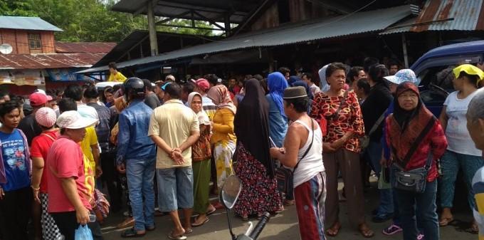 Para pedagang Pasar Winenet berkumpul sebelum ke Kantor DPRD