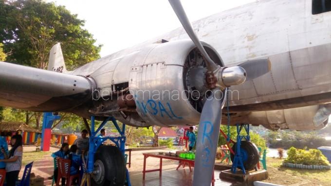 Beginilah kondisi pesawat DC-3 atau Dakota yang dipenuhi coretan