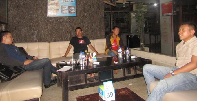 Refoi Walla dan Jutry Tumimomor, orang tua dari korban penganiayaan bersama Ketua LPAI Sulut, Adv. E.K Tindangen SH