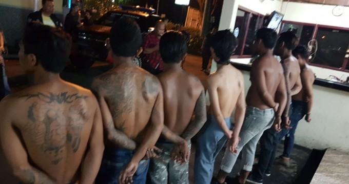 Tujuh pemuda saat berada di Polsek Maesa