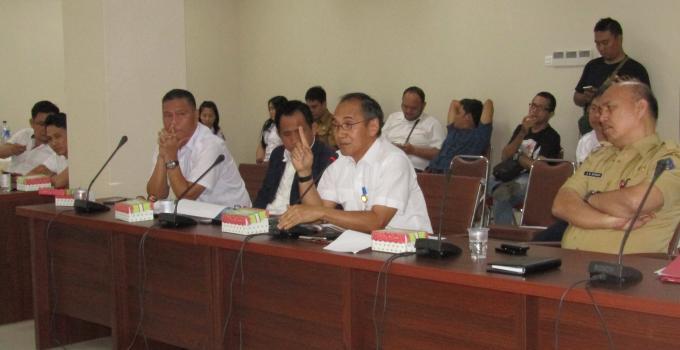 Riel Mantik ketika rapat di DPRD Sulut beberapa waktu lalu
