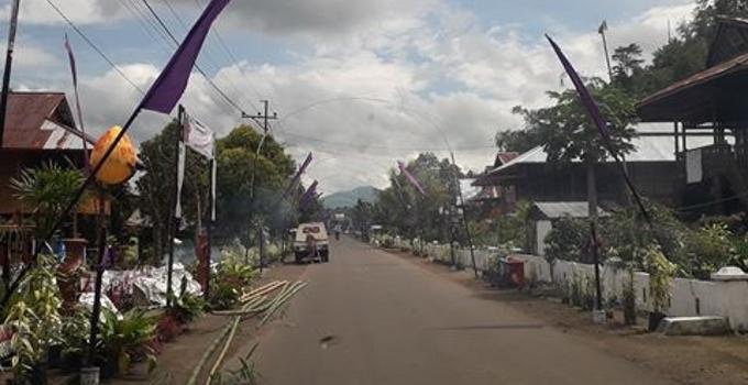 Umbul-umbul ungu lambang Paskah di desa Pulutan, kecamatan Romboken
