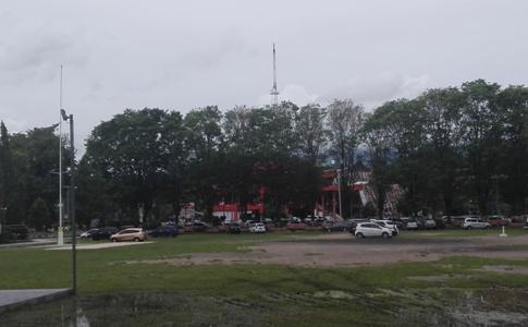 Lapangan sparta tikala jadi lokasi parkir pengendera mobil plat hitam dan merah.(1st)