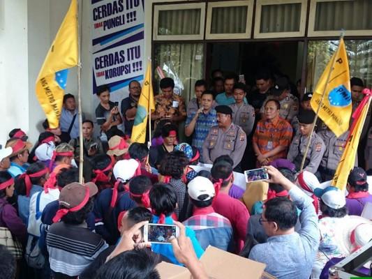 Pedagang Sabuah Bulu Melalayang Gelar Aksi Demo di DPRD