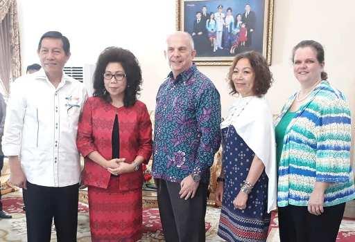 Wali Kota Manado Vicky Lumentut bersama isteri saat foto bersama usai pertemuan dengan Dubes Amerika Joseph Donovan di rumah dinas Wali Kota Manado.