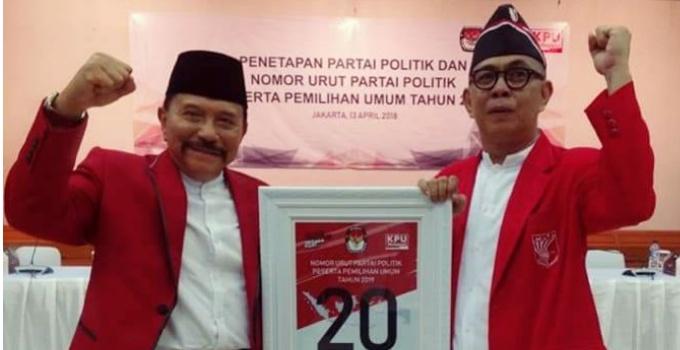 Hendropriyono bersama Ronald Pauner saat pencabutan nomor urut PKPI sebagai peserta Pemilu 2019