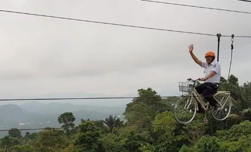 Seru…! Wabup JOPPI LENGKONG Uji Nyali di Sepeda Gantung Raewaya Hills Minut