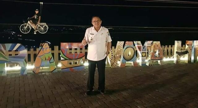 Wabup Minut Joppi Lengkong menikmati suasana malam di Raewaya Hills.