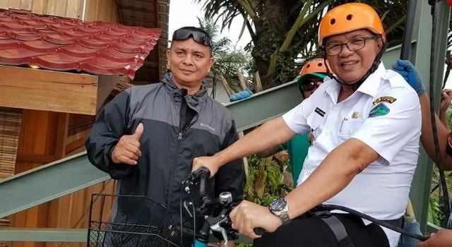 Dengan pengamanan ketat, Wabup Minut Joppi Lengkong siap mencoba sepeda gantung.