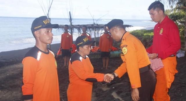 Kepala Seksi Sumber Daya SAR Rudi, memberi selamat kepada peserta pelatihan.