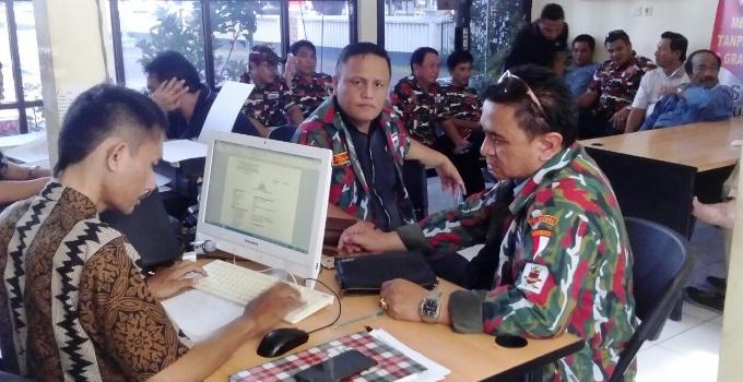 Pasukan Laskar Merah Putih membawa laporan resmi ke Polda Sulut.