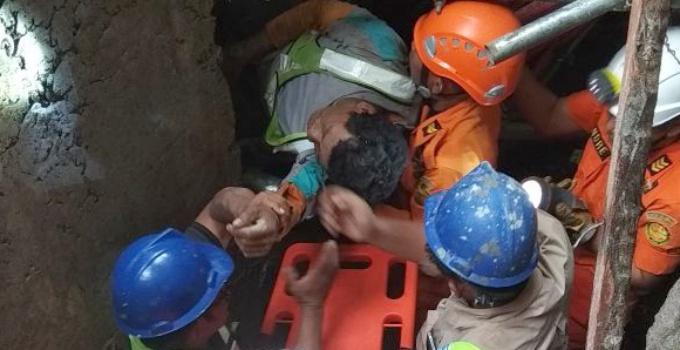 Proses evakuasi salah satu korban.