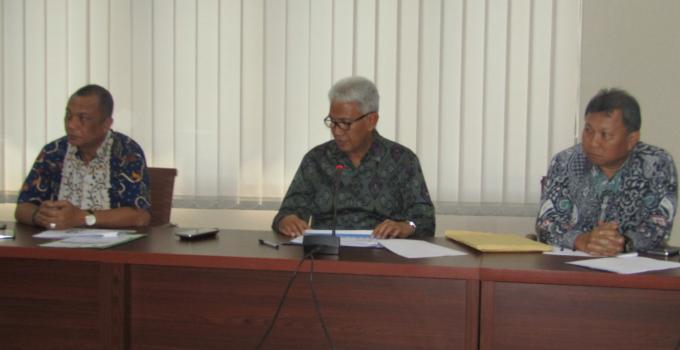 Dirut Jeffry Dendeng didampingi Direktur Umum Revino Pepah dan Direktur Kepatuhan Machmud Turuis