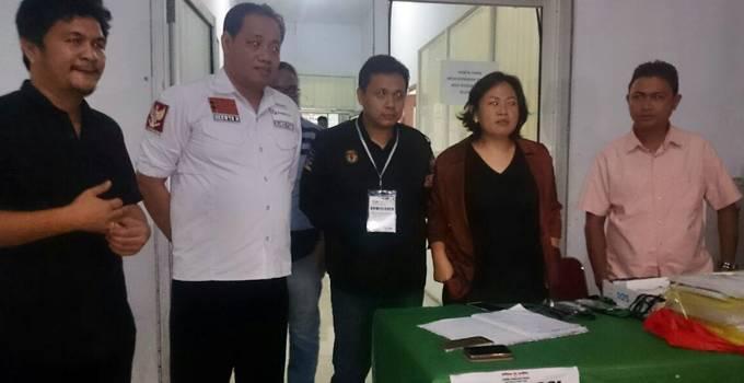 Personil KPU Sulut dan Bawaslu saat berada di kantor KPU Sulut