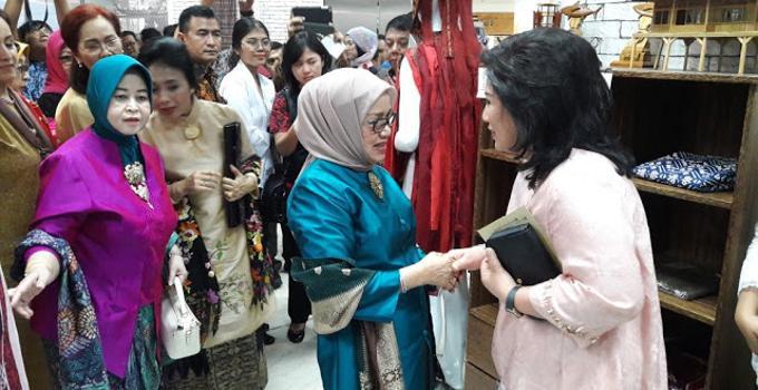 Rita Dondokambey dan Ibu Jusuf Kalla